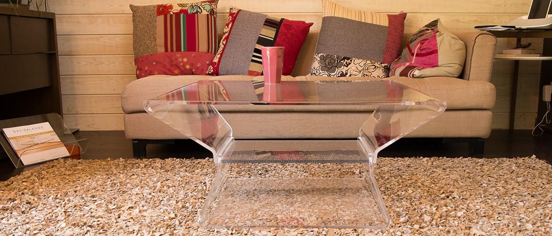 tables basses en verre et plexiglas